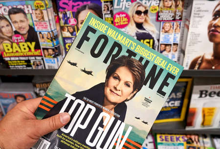 Foto de MONTREAL, CANADA - OCTOBER 9, 2018: Fortune magazine in a hand over a stack of magazines with Marillyn Hewson on the cover. Fortune is an American business magazine. - Imagen libre de derechos
