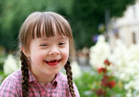 Foto de Portrait of beautiful young girl smiling - Imagen libre de derechos