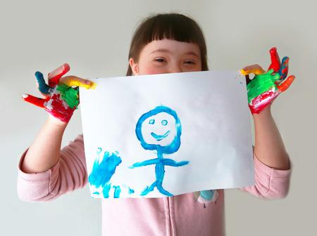 Foto de Cute girl with her painting - Imagen libre de derechos