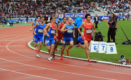 Photo pour Athletes on the 800 meters race on DecaNation International Outdoor Games on September 13, 2015 in Paris, France. - image libre de droit