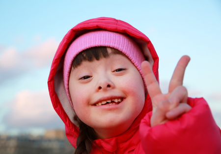 Foto de Young girl smiling on background of the blue sky - Imagen libre de derechos