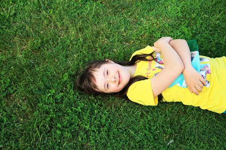 Foto de Young girl on the background of green grass - Imagen libre de derechos