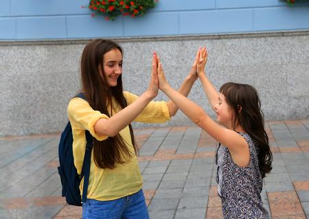 Foto de Happy family moments in the city. - Imagen libre de derechos
