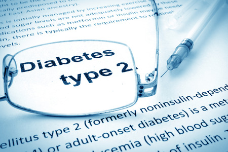 Photo pour Paper with words diabetes type 2 and glasses. - image libre de droit