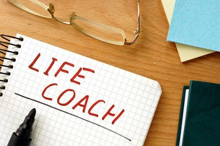 Foto de Note with words life coach on a wooden background. - Imagen libre de derechos