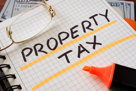 Photo pour Notebook with property tax  sign on a table. Business concept. - image libre de droit