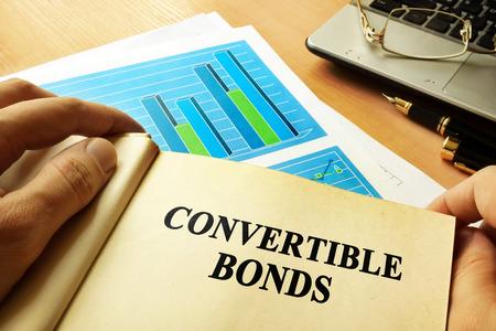 Foto de Book with page about convertible bonds. - Imagen libre de derechos
