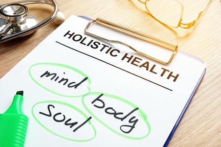 Foto de Clipboard with Holistic health and words mind, body and soul. - Imagen libre de derechos