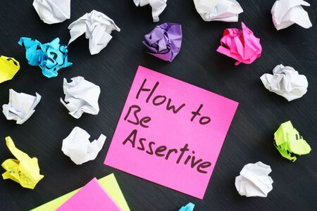 Foto de Memo stick with sign How to be Assertive. - Imagen libre de derechos
