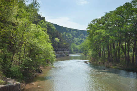 Photo pour The Guadalupe River below cliffs of the Texas Hill Country during Spring - image libre de droit