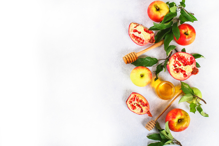 Photo pour Rosh hashanah jewish New Year holiday concept. Traditional symbol. Apples, honey, pomegranate. Copy space. Top view. Flat lay - image libre de droit