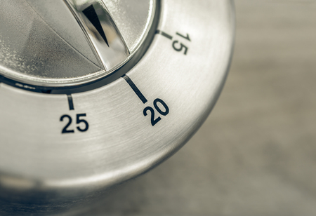 Photo pour 20 Minutes - Macro Of An Analog Chrome Kitchen Timer On Wooden Table - image libre de droit