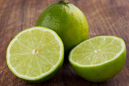 Foto de the green lime on a wooden table - Imagen libre de derechos