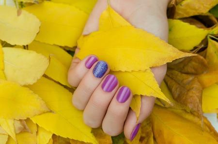 Photo pour Female hands with purple glitter nail design. - image libre de droit