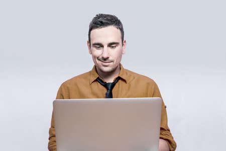 Foto de Man smiling to his lap top - Imagen libre de derechos