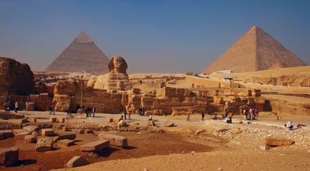 Photo pour Spynx face on the Giza pyramid background - image libre de droit