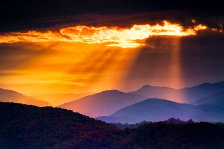 Foto de Colorful autumn sunrise over the Smoky Mountains - Imagen libre de derechos