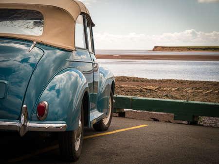 Foto de Classic Car at the Shoreline - Imagen libre de derechos