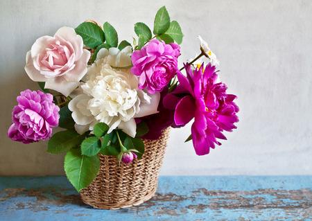 Foto de Basket with flowers on a wooden table - Imagen libre de derechos