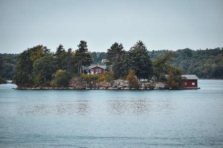 Foto de Autumn landscape in the 1000 islands. Houses, boats and islands. Lake Ontario, Canada USA - Imagen libre de derechos