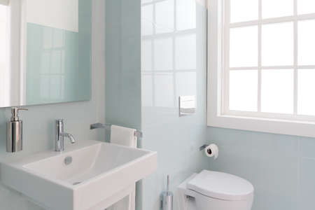 Foto de Clean and fresh bathroom with natural light - Imagen libre de derechos