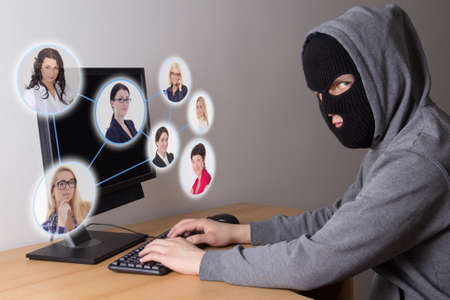 Photo pour masked hacker stealing data from computers - image libre de droit