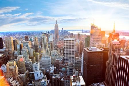 Foto de Aerial view of Manhattan skyline at sunset, New York City - Imagen libre de derechos