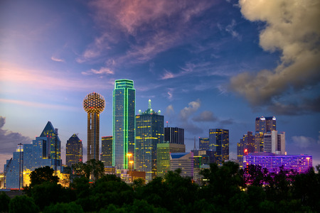 Foto de Dallas City skyline at dusk, Texas, USA - Imagen libre de derechos