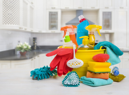 Photo pour Bowl with cleaning products on table over blurred kitchen background - image libre de droit