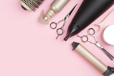 Foto de Professional hairdressing tools on pink background with copy space - Imagen libre de derechos
