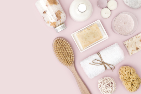 Foto de Natural spa skincare products on pink  with copy space - Imagen libre de derechos