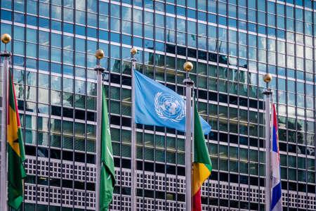 Photo pour Flags at United Nations Headquarters - New York, USA - image libre de droit