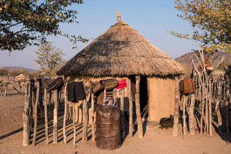 Foto de Traditional Tribal Hut of a Himba Chief, with Clay Walls and Straw Thatched Roof in Kaokoveld, Namibia - Imagen libre de derechos