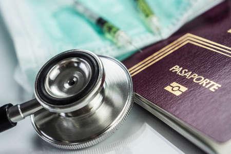 Foto de basic medicine elements to travel abroad, conceptual image - Imagen libre de derechos
