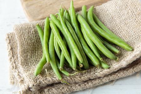 Foto de Fresh raw green beans on jute cloth - Imagen libre de derechos