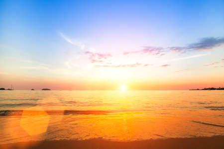 Photo pour Amazing sunset on the sea beach. - image libre de droit