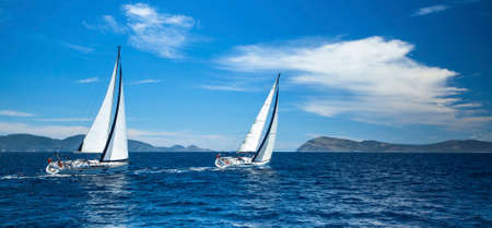 Photo pour Sailing in the wind through the waves at the Aegean Sea in Greece. - image libre de droit