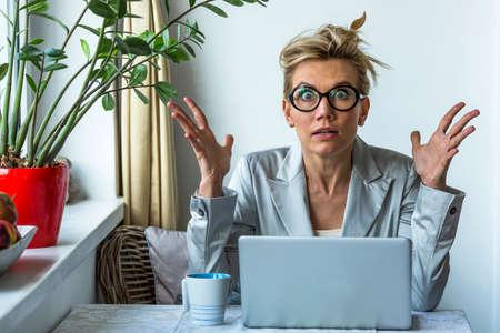 Photo pour Shocked business woman with laptop in office. - image libre de droit