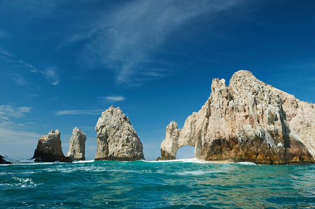 Photo pour Sanny day in Cabo San Lucas tourist destination. Arch rock at clear green sea in Cabo San Lucas Mexico - image libre de droit