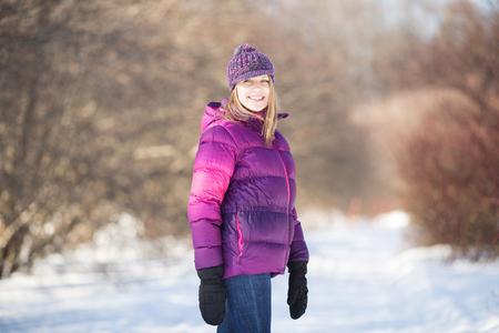 Foto de Cheerful and happy girl in winter park - Imagen libre de derechos