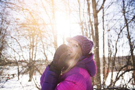 Foto de Beautiful happy girl in the winter forest - Imagen libre de derechos