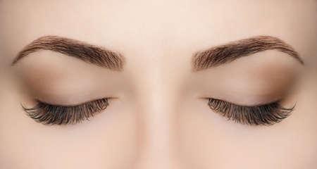 Photo pour Beautiful Woman with long lashes in a beauty salon. Eyelash extension procedure. - image libre de droit