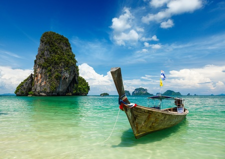 Photo pour Long tail boat on tropical beach (Pranang beach) and rock, Krabi, Thailand - image libre de droit