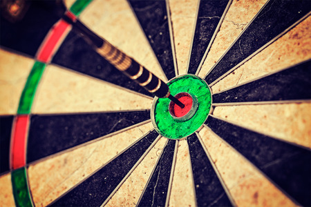 Photo pour Vintage retro effect filtered hipster style image of   -Success hitting target aim goal achievement concept background - dart in bull's eye close up - image libre de droit