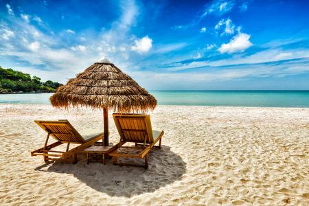 Foto de Two lounge chairs under tent on beach - Imagen libre de derechos