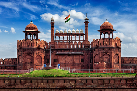 Photo pour India famous travel tourist landmark and symbol - Red Fort (Lal Qila) Delhi with Indian flag - Delhi, India - image libre de droit