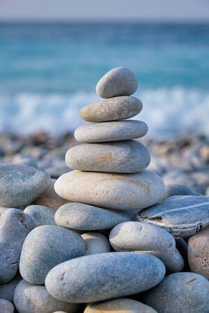 Photo pour Zen balanced stones stack on beach - image libre de droit