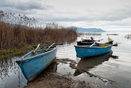 Photo pour Traditional wooden boats at the Prespes lakes, Greece - image libre de droit