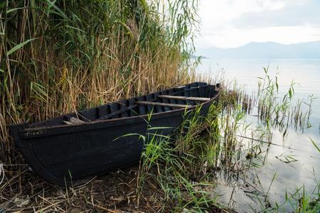Photo pour Traditional wooden boat at the Prespes lakes, Greece - image libre de droit