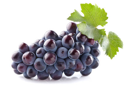 Photo pour Sweet grapes with leaves - image libre de droit